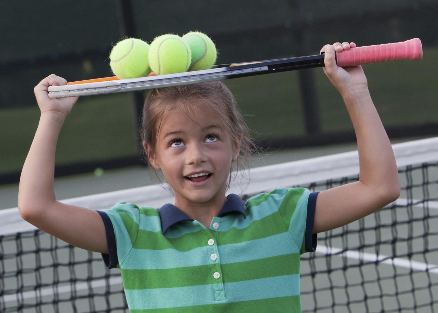 девочка с теннисными мячами
